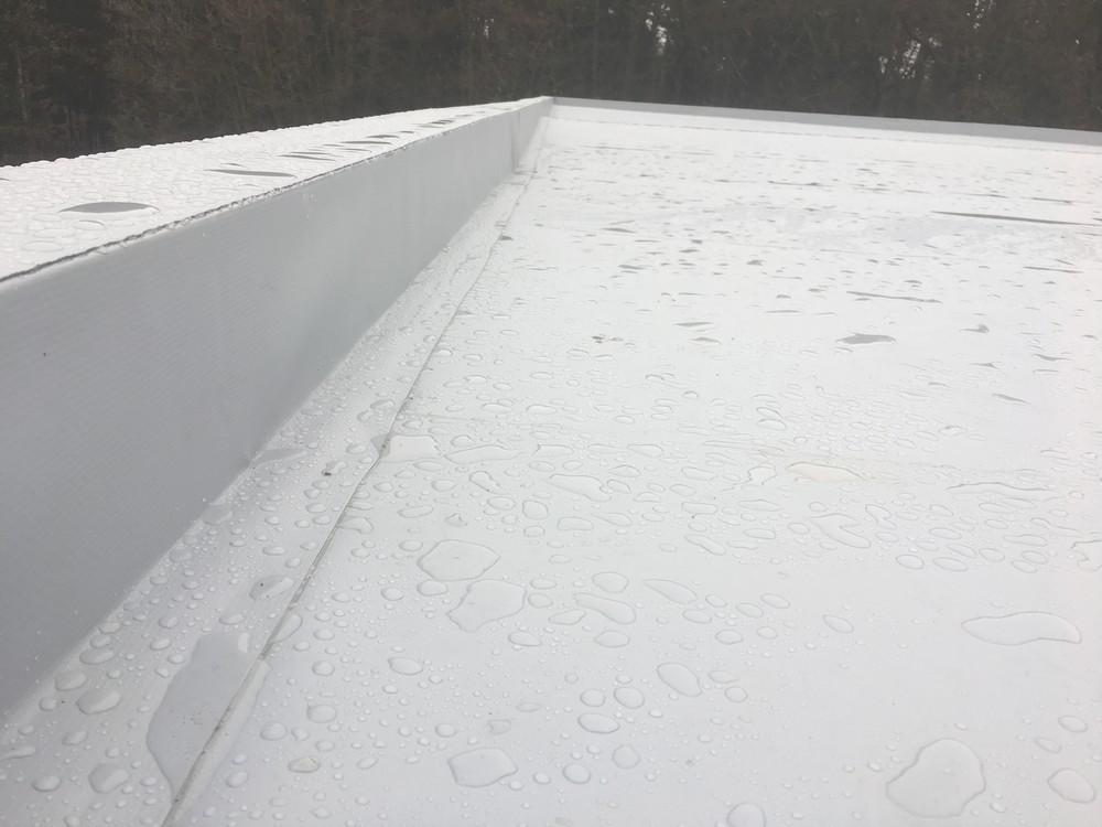 Podívejte se na naše reference: Např.: Rekonstrukce ploché střechy rodinného domu v Řeži u Prahy – realizace prosinec 2016 Na záklop ploché střechy zOSB desek bylo realizováno dodatečné vyspádování z EPS. Dále byly osazeny systémové plechy a separační geotextílie a PVC hydroizolace, která byla mechanicky kotvena.  Ostatní reference plochých střech naleznete zde: Reference – Ploché střechy…