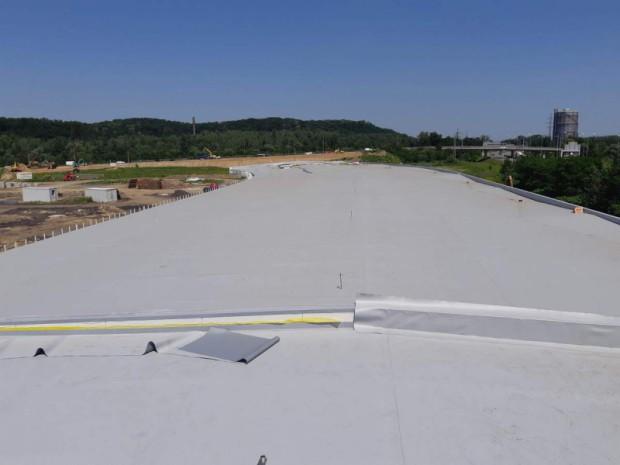 plochá střecha haly