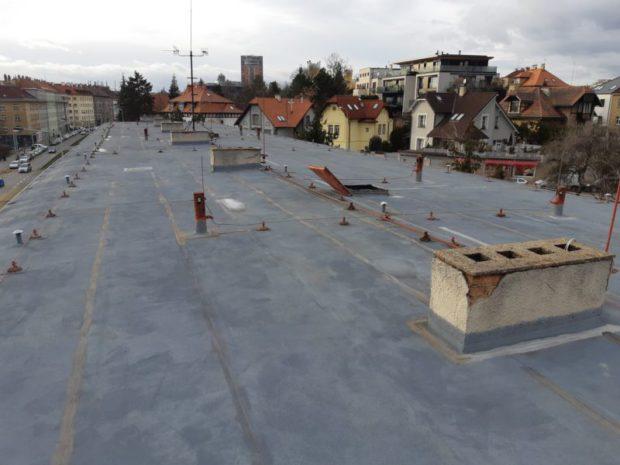 U bytového domu v pražské Černokostelecké ulici jsme realizovali hydroizolaci střechy o velikosti 700 m2. Použitá hydroizolační fólie TPO Sarnafil TS 77-15. Realizována byla nová parozábrana z asfaltového pasu natavená na původní hydroizolační vrstvu. Zateplení v ploše střechy EPS 100 S tl. 240 mm. Vyhotoveny byly nové výlezy na střechu a detail ukončení k původnímu žlabu a instalace nového hromosvodu střechy.…