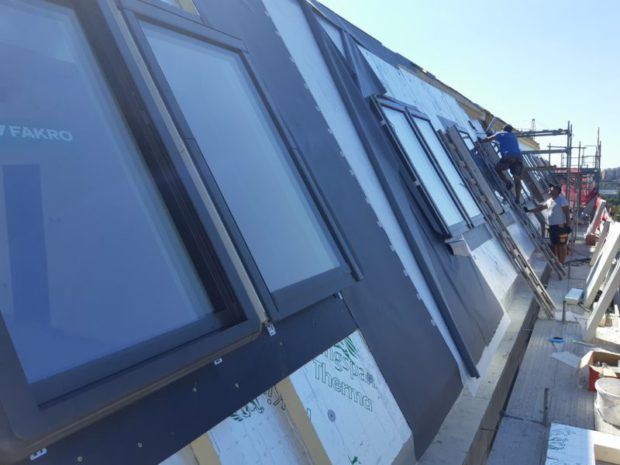 Dodávka skladby mansardové střechy o velikosti 800 m2 u novostavby bytového domu. Zateplení EPS, minerální vatou a PIR izolantem. Mechanicky kotvená PVC hydroizolace, hydroizolační fólie PVC Alkorplan 35276, tl. 1,5 mm. Instalace falešných falců Alkordesign. Záchytný systém, sněhové zachytávače a další detaily. Dodávka byla realizována včetně skladeb teras.…