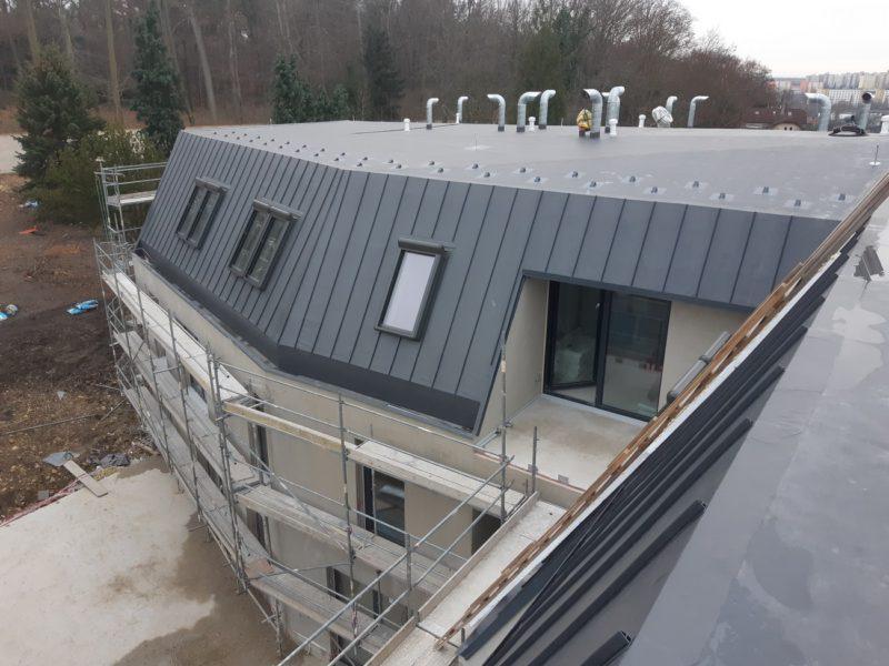 Skladba mansardové střechy bytového domu